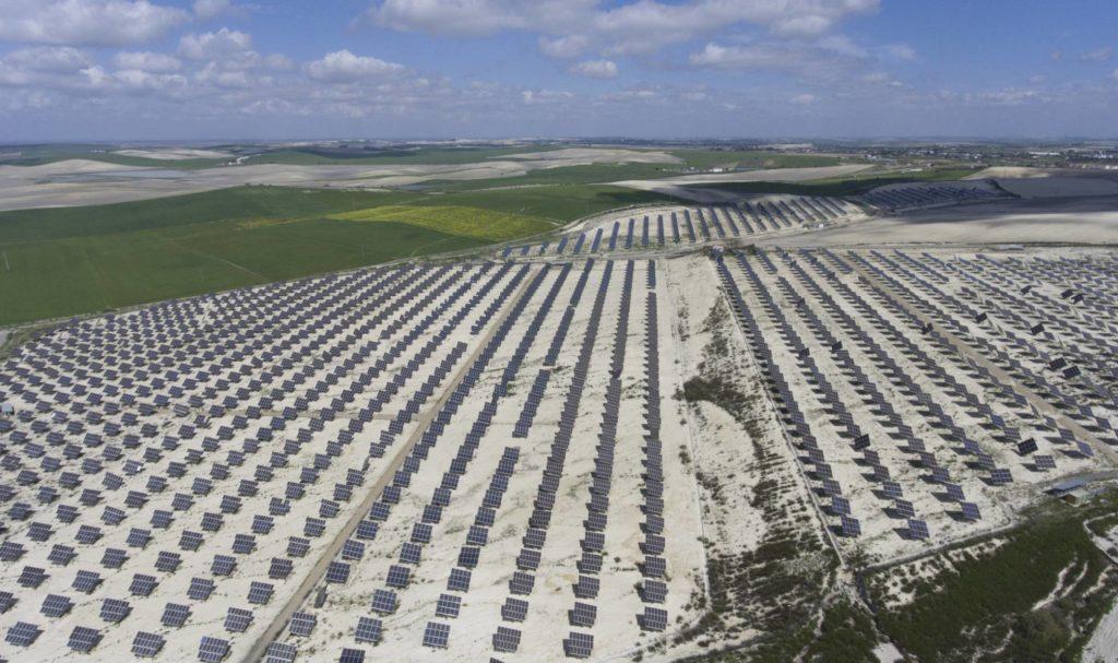 Competencia propone recortar la retribución de las eléctricas